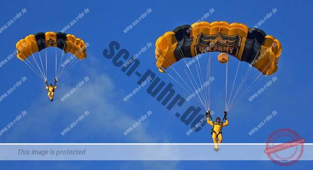 skydivers-929128_640